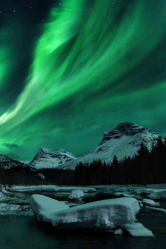 2017 travel bucket list - Northern Lights | http://weirdatheart.com/2017-travel-bucket-list/